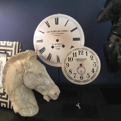 quadranti orologi su piedistallo