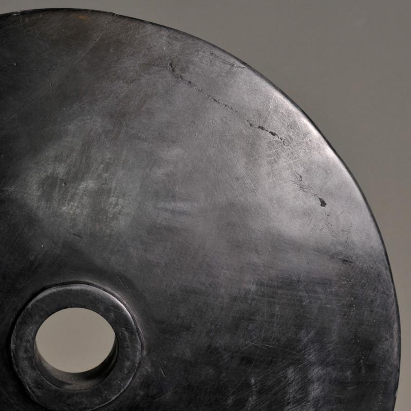 grande moneta nera pietra