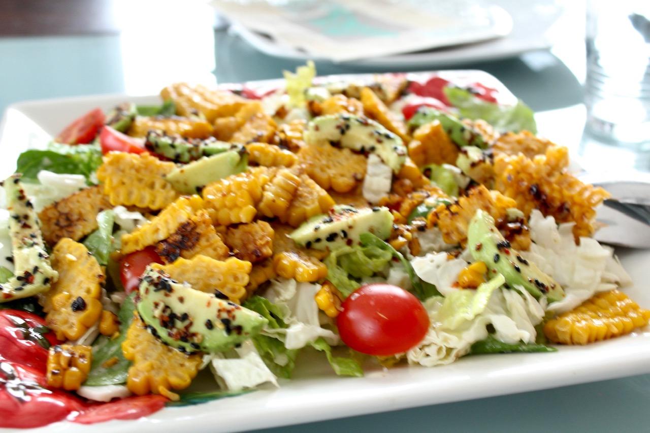 Chinakohl-Salat mit gegrilltem Mais