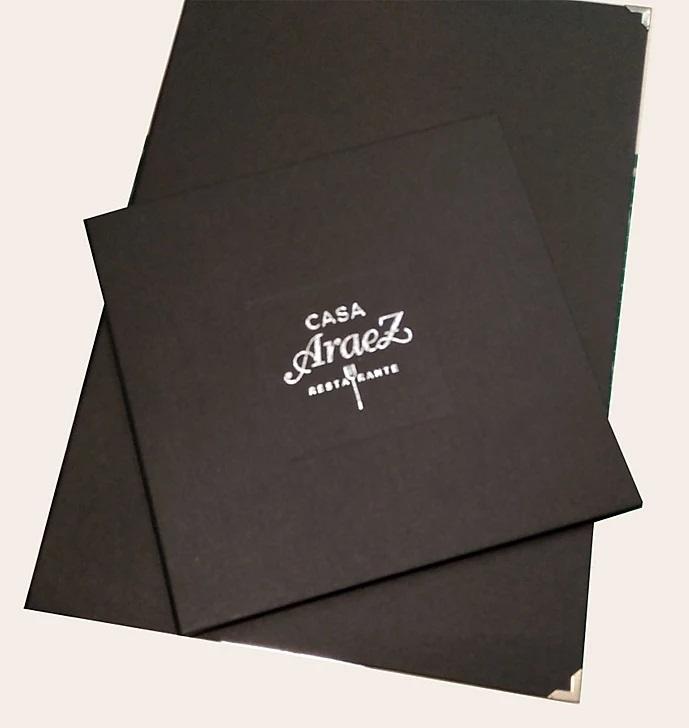 Carta de menú tela grabado plata en marco