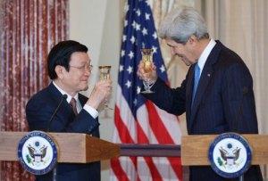 Chủ tịch nước Việt Nam Trương Tấn Sang (trái) và Ngoại trưởng Mỹ John Kerry nâng ly chúc tụng hôm 24/7/2013 tại Washington (AFP, Mandel Ngan)