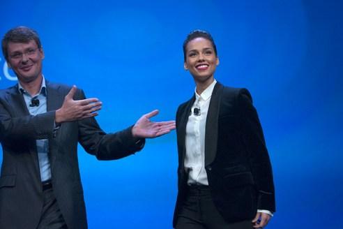 Tổng giám đốc Thorsten Heins giới thiệu ca sĩ Alicia Keys, giám đốc sáng tạo toàn cầu của BlackBerry, tại lễ ra mắt BlackBerry 10 ở New York, ngày 30/1/2013.