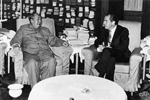 Cuộc gặp lịch sử giữa Richard Nixon và Mao Trạch Đông năm 1972, đánh dấu việc nối lại quan hệ giữa hai cường quốc