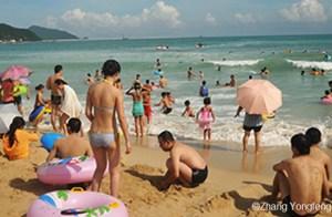 Du khách ở Tam Á, Hải Nam, cũng là nơi đặt một trong những căn cứ hải quân của Trung Quốc (Zhang Yongfeng)