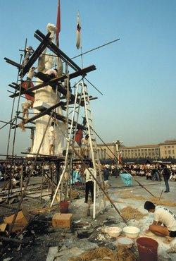 Dựng tượng Nữ thần Dân chủ, Quảng trường Thiên An Môn, tháng 5 năm 1989 (Ảnh: Alon Reininger/Contact Press Images)