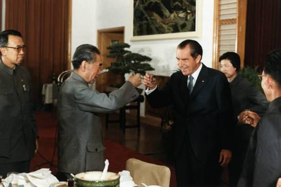 Tổng thống Mỹ Richard Nixon, phải, nâng ly chúc mừng Thủ tướng và Ngoại trưởng Trung Quốc Chu Ân Lai trong một yến tiệc ở Hàng Châu, Trung Quốc, ngày 27/2/1972 (Ảnh: Corbis)