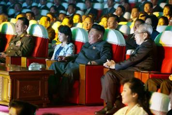 Lãnh tụ Bắc Hàn hiện nay Kim Jong Un, giữa, dự một buổi trình diễn hồi tháng 9/2014. (Ảnh: KCNA/European Pressphoto Agency)