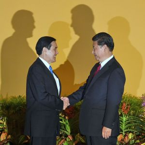 Tập Cận Bình, phải, bắt tay với Mã Anh Cửu trước cuộc gặp tại khách sạn Shangrila ở Singapore hôm 7/11. (Ảnh: Roslan Rahman/AFP/Getty Images)