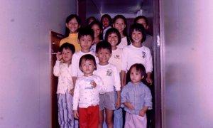 Diep Quan, ngoài cùng bên phải hàng giữa, cùng với chị mình, chụp trên tàu Wellpark sau khi được cứu. (Ảnh: Mike Newton)
