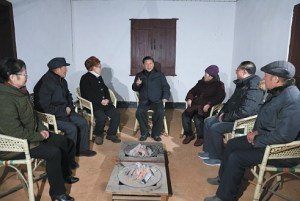 Tập Cận Bình, giữa, gặp đại diện và hậu duệ của các liệt sĩ cách mạng ở Nam Xương, tỉnh Giang Tây, trong chuyến đi dịp Tết Nguyên đán mà cũng bao gồm chuyến hành hương tới Tỉnh Cương Sơn, căn cứ cách mạng đầu tiên của Mao Trạch Đông, tháng 2-2016. (Lan Hongguang/Xinhua/Eyevine/Redux)