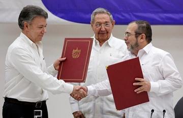 Chủ tịch Cuba Raul Castro (giữa), Tổng thống Colombia Juan Manuel Santos (trái), và lãnh tụ phiến quân FARC Rodrigo Londono, tại lễ ký hòa ước đình chiến ở Havana, hôm 23-6-2016. (Ảnh: Enrique de la Osa/Reuters)