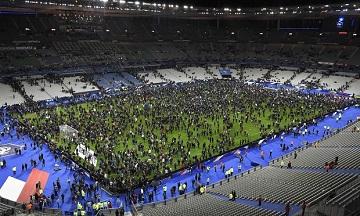Khán giả tụ tập trên sân cỏ của sân vận động Stade de France sau khi có những tiếng nổ bên ngoài sân hồi tháng 11-2015. (Ảnh: Franck Fife/AFP/Getty Images)