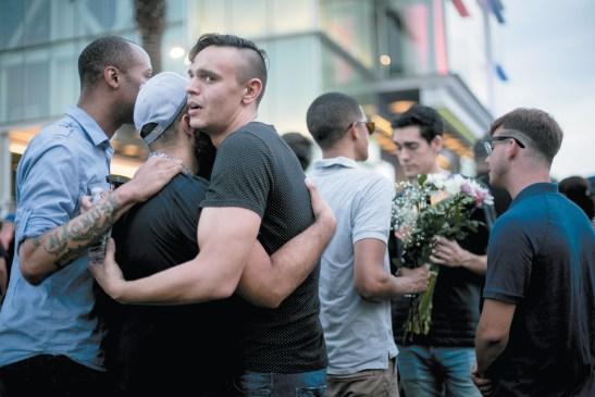 Lễ thắp nến tưởng niệm các nạn nhân trong vụ nổ súng tại hộp đêm Pulse, Orlando, Florida, ngày 13-6-2016. (Sam Hodgson/The New York Times)