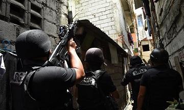 Một đội đặc nhiệm SWAT của cảnh sát Philippines thực hiện lệnh khám xét có liên quan tới ma túy tại một nhà định cư không chính thức ở thành phố Pasig City, ngoại ô Manila. (Ảnh: Ted Aljibe/AFP/Getty Images)