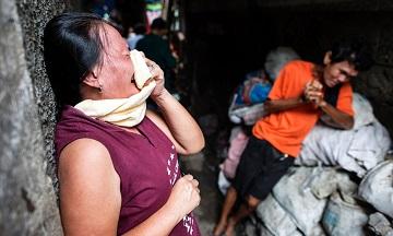 Cha mẹ đang than khóc của một người tình nghi sử dụng ma túy bị cảnh sát giết ở Manila, Philippines. Hơn 3.000 người đã chết trong cuộc chiến chống ma túy đẫm máu mới bắt đầu cách đây 3 tháng. (Ảnh: Noel Celis/AFP/Getty Images)