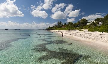 Cayman Islands là một nơi cất giấu tài sản hải ngoại được giới siêu giàu ưa chuộng. (Ảnh: roberthardin/REX/Shutterstock)