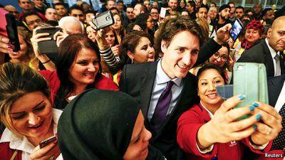 """""""Thủ tướng thích selfie"""" (Ảnh: Reuters)"""