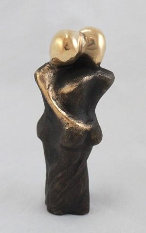 """Bryllupsgave - bronzefigur med titlen """"Kærlighed er søde ord fra en mand elsker"""""""