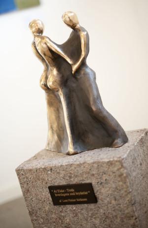 At_elske_trods_hverdagens_små_bryderier_bronzeskulptur_bronzefigur_bronceskulptur