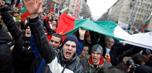 Parlamento assediato dai manifestanti, evacuate dalla polizia 80 persone, oltre 30 rimangono dentro.