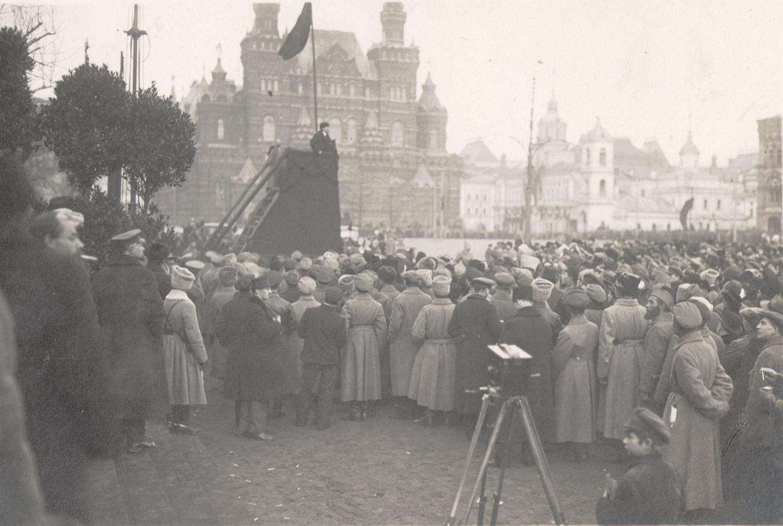 Фотография. В.И. Ленин произносит речь на Красной площади в день празднования первой годовщины Великой Октябрьской Социалистической революции.