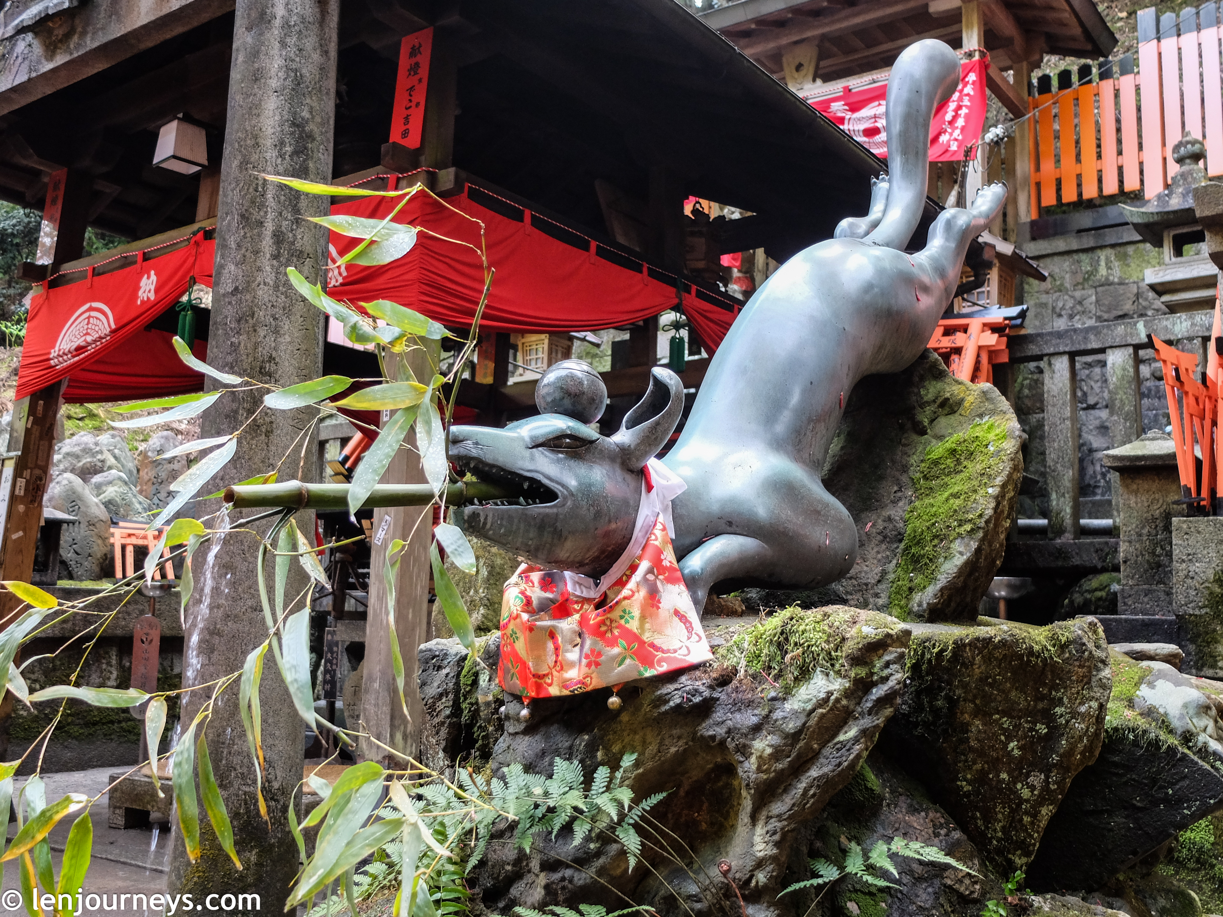 Fox statue at Fushimi Inari