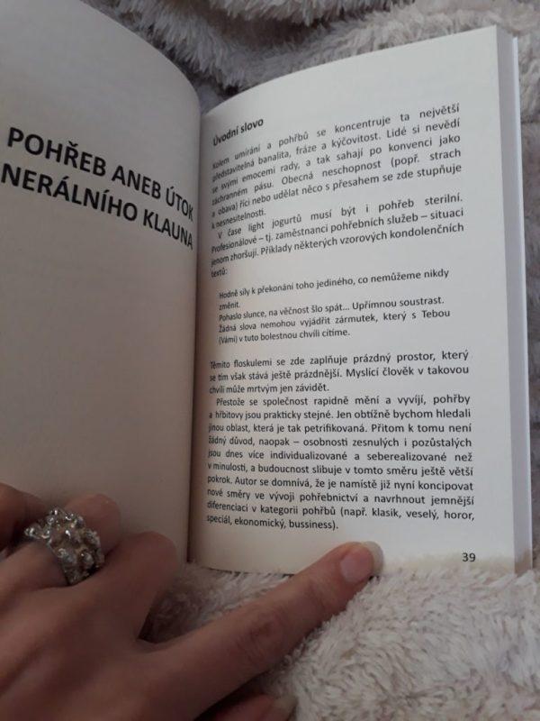 kniha Otázky na hřbitov
