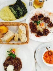 srbske jedlo, pljeskavica, čevapi, ajvar