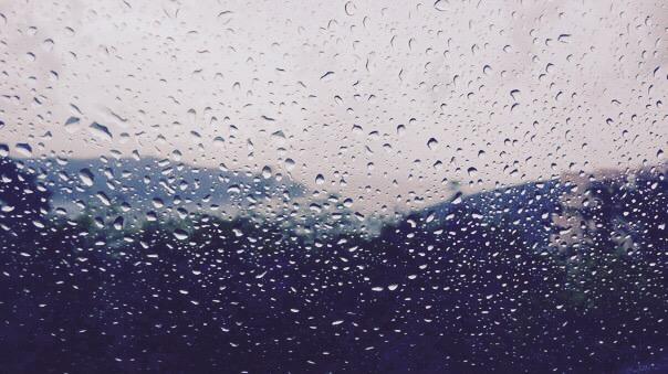 dážďové kvapky na okne