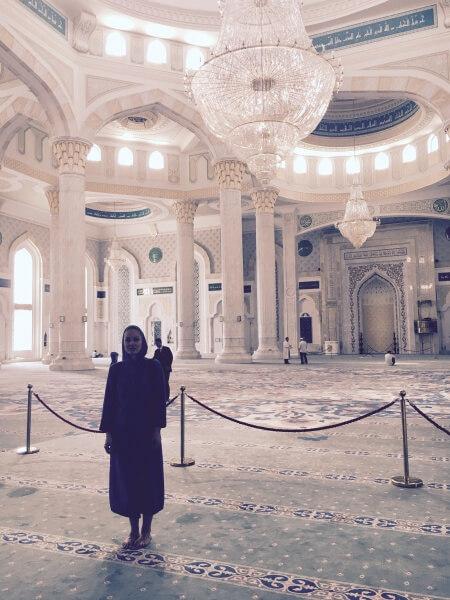 interiér mešity Hazret Sultan, Astana, Kazachstan, Lenka Says, LenkaSays, Travel & Lifestyle Blog, blog o cestovaní, blog o životnom štýle, cestovateľský blog, lajfstajlový blog