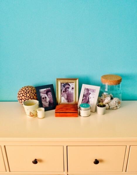 komoda s obrázkami, ako zariadiť spálňu