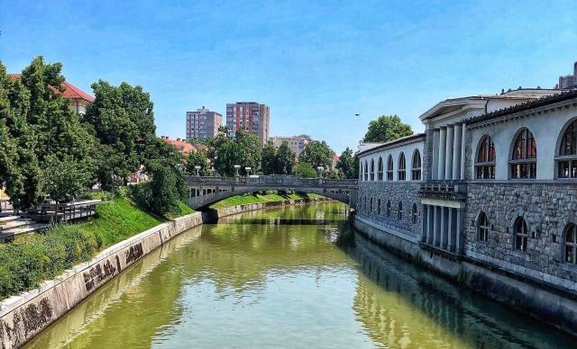 kolonáda a budova krytej tržnice, Plečnikove arkade, Ľubľana, Slovinsko