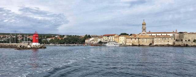 pohľad na mesto Krk z lode, červený maják, hradby mesta, Krčská katedrála, ostrov Krk, Chorvátsko