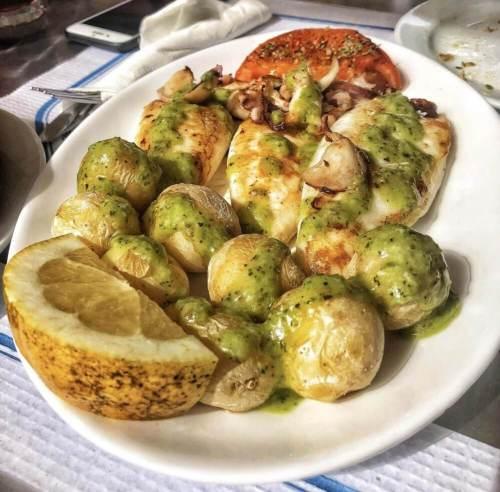 kanárske zemiaky a kalamáre na grile - jedlo Kanárske ostrovy