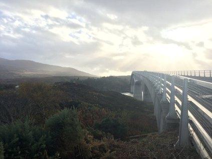 Maali häämöttää. Yli Skye-sillan.