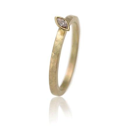 geelgouden ring met een markies geslepen diamant in een geelgouden zetting
