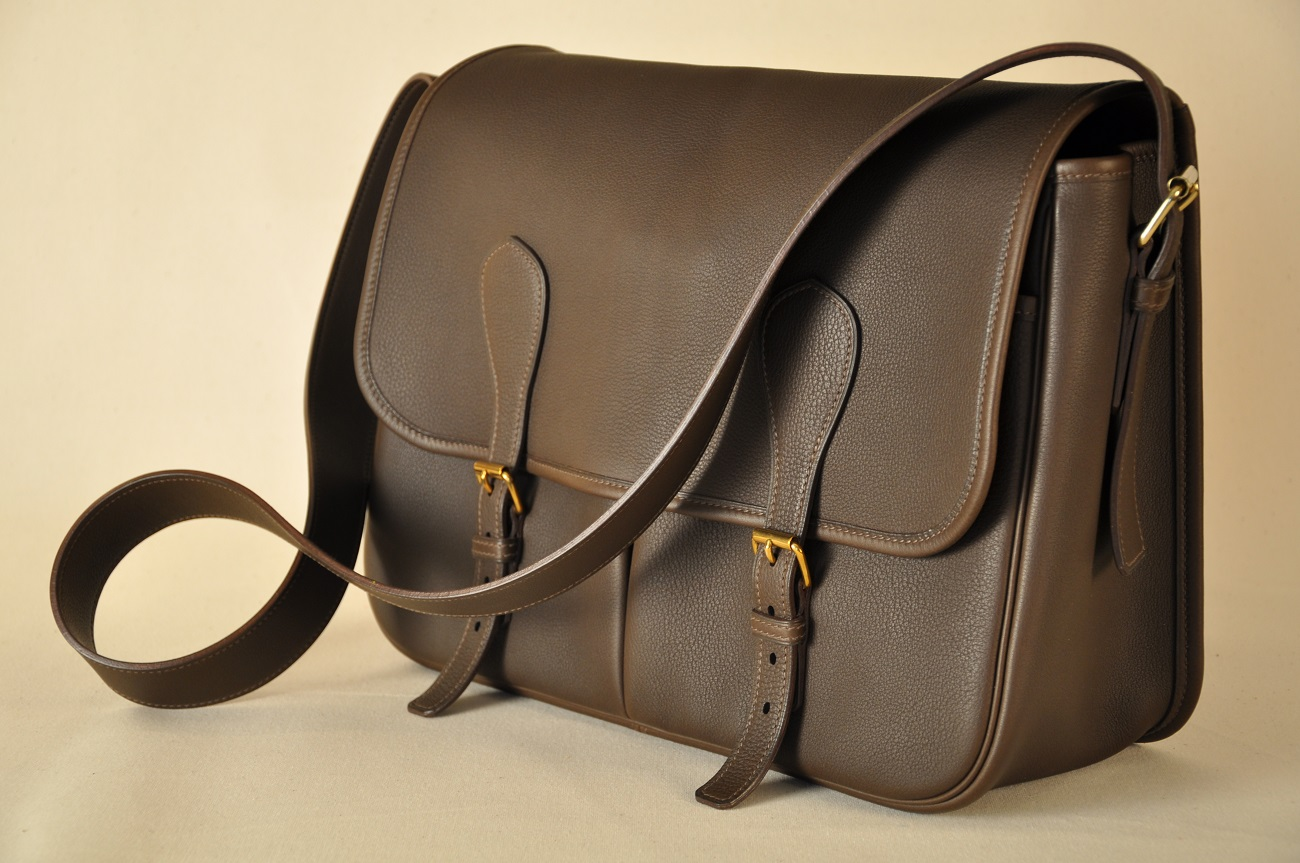 Sac en cuir grand modèle sur-mesure. Création et fabrication artisan du luxe français.