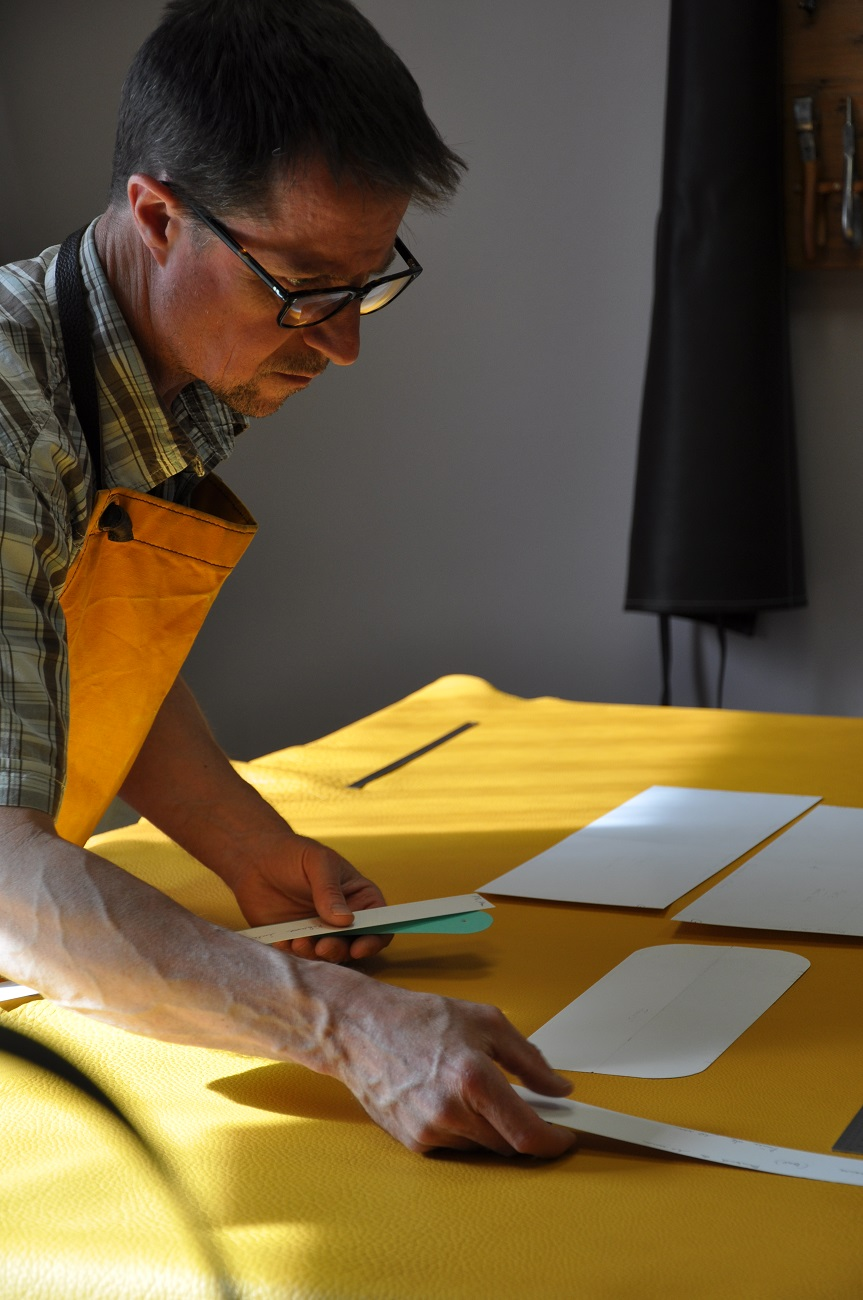 French leather goods maker. LE NOËN workshop makes bags, luggage, small leather goods, belts in leather. French creations.