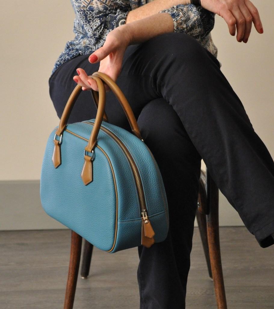 Le sac Betty est en taurillon, doublé en chevreau marron. Création et fabrication française. La sac à main luxe qui a du style !