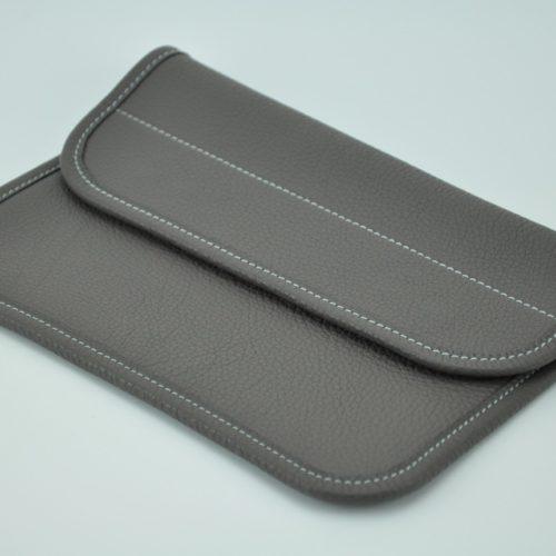 Pochette en taurillon gris clair, pratique et indispensable pour tous les jours. Made in France