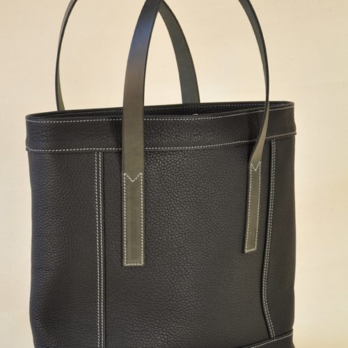 Bag in leather with two flat handles in vegetable tanned dark blue cowhide. Design LE NOËN French leather goods craftsmen.