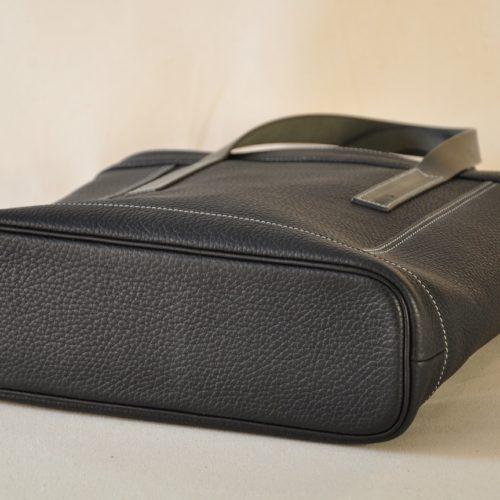 Sac Valentine en taurillon noir. Le fond en cuir est souligné d'un passepoil noir. Création et fabrication française. LE NOËN selliers maroquiniers du luxe.