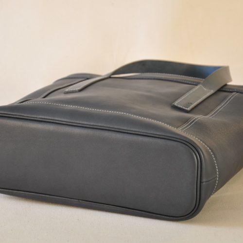 Le sac Valentine en vachette lisse, se porte à la main ou au bras. le fond du sac est souligné d'un passepoil en cuir. The French touch, création et fabrication par les maroquiniers LE NOËN.