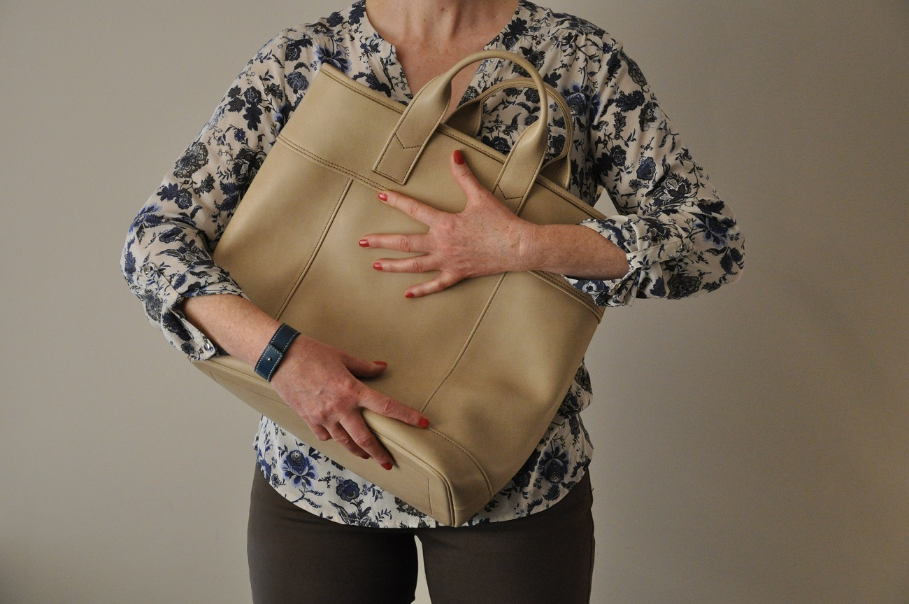 Hand bag for woman in smooth cowhide, lined in brown cotton, made in France by LE NOËN leather goods designer.