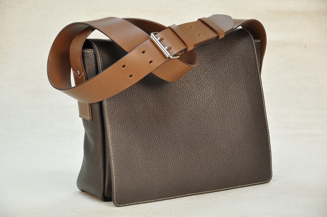 Crossbody bag for woman is a fashion casual and refined bag. Handmade by designer leathergoods in France.