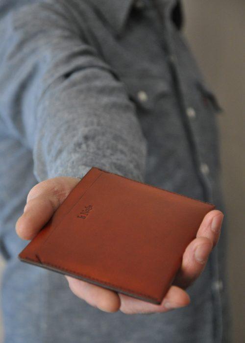 Porte passeport, étui en chèvre orange - brique pour y glisser des papiers de voiture, passeport... Fabrication française.