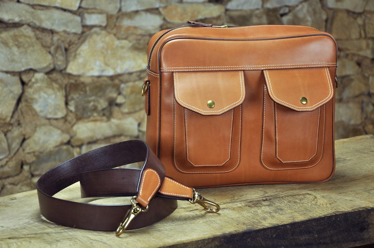 Nouveau sac pour homme en veau patiné. Sac à bandoulière raffiné et qui a du style. Made in France