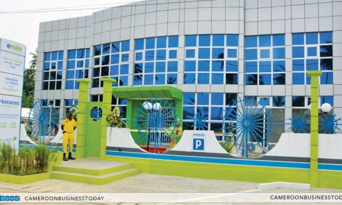 -societe-:-visite-du-ministre-de-l'eau-et-de-l'energie-dans-une-agence-clientele-d'eneo-a-douala