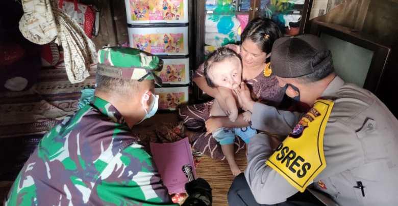 FOTO : Kapolres Barito Selatan, AKBP Devy Firmansyah, SIK dan Komandan Kodim 1012/Buntok, Letkol Inf. Tuwadi berikan santunan kepada keluarga bayi Ainun, penderita Hydrocephalus, Jumat (15/5/2020).