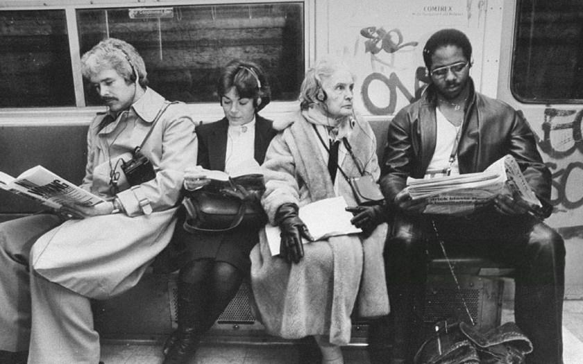 En esta foto del 'Subway' de Nueva York el 22 de marzo de 1981, podemos ver el momento exacto en que comienza el fin de la civilización como la conocíamos con la introducción del Sony Walkman. © Dick Lewis/NY Daily News via Getty Images.